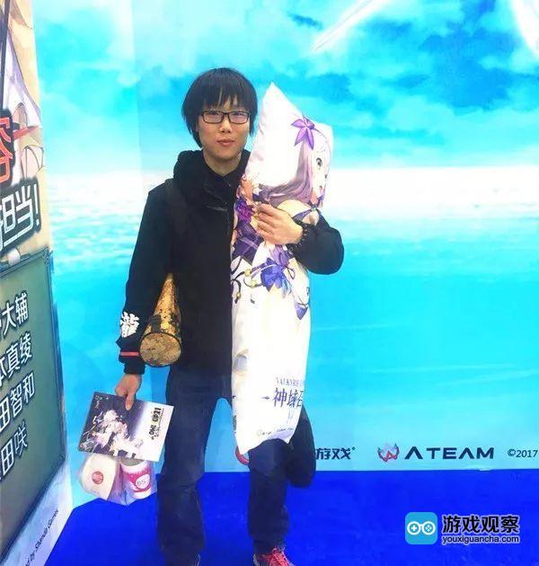 粉丝在CP21现场参加《神域召唤》活动收获精美礼品