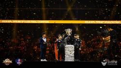 2018年KPL春季赛总决赛现场万人狂欢,Hero久竞夺冠首捧银龙杯